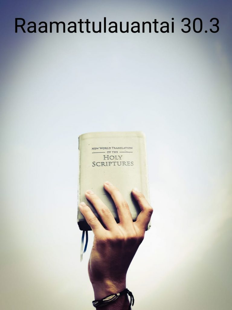 Raamattua pitelevä käsi